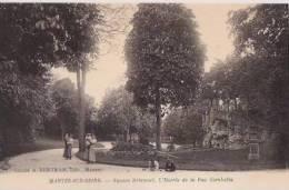 FRANCE: MANTES-SUR-SEINE:(Yvelines:78):Square Brieussel.L'Entrée De La Rue Gambetta.Personnages.Non écrite. - Mantes La Jolie