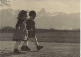 Deux Enfants Sur Un Chemin Zwei Kinder - Groupes D'enfants & Familles