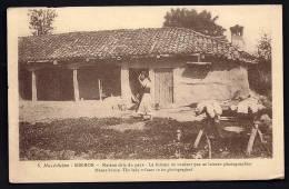 CPA  ANCIENNE- MACÉDOINE- CAMPAGNE ORIENT 1922-23- MIKROS- UNE MAISON CHIC DU PAYS- FEMME APPEURÉE - Mazedonien