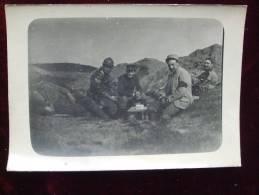 MILITAIRES - AL2 -  CARTE PHOTO DE MILITAIRES AU REPOS- N° 62 SUR LE KEPI DE LA PERSONNE AU CENTRE - Oorlog 1914-18