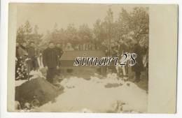 CARTE-PHOTO - ENTERREMENT D´UN MILITAIRE DANS UN CAMP DE PRISONNIERS - War 1914-18