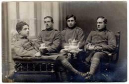 Carte-photo : 4 Soldats Buvants Le Thé ? Etoile Sur Le Col ( Anglais ?, Montage Photo ?, Même Personnages ?, Surréalisme - Personnages