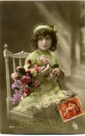 CP Photographique Voyagée 1915 Bonne Fête Jeune Fille Assise Avec Gerbe De Fleurs - Naissance