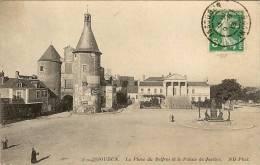 CPA  36 ISSOUDUN  La Place Du Beffroi Et Le Palais De Justice - Issoudun