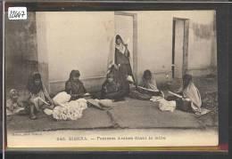 ALGERIE - BISKRA - FEMMES ARABES FILANT LA LAINE - TB - Professions