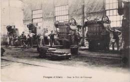 FORGES D'ALAIS DANS LE HALL DE FINISSAGE (HOMMES A L'OUVRAGE) - Alès