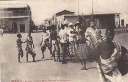 Djibouti - La Place - Somalis Offrant Des Armes Et Des Buffleteries, Animé - Djibouti