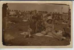 JOVEN JUNTO A DOS MUJERES TOMANDO SOL EN TRAJE DE BAÑO  CIRCA 1950  ARGENTINA   OHL