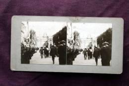 Double Vue Stéréo : Fête Défilé Dans Rue & Femme à La Pêche  - Cicra 1898 - Carte Stéréoscopique Stereoview - Photos Stéréoscopiques