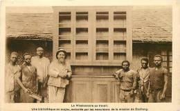 Afrique - Africa - Cameroun - Ref A511- Missionnaires -bibliotheque En Acajou -menuiserie-menuisiers  - Carte Bon Etat - - Cameroun