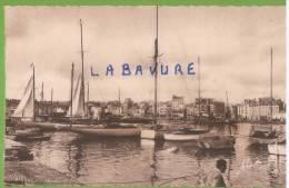 50----CHERBOURG--l´avant Port Et Les Quais--cpsm Pf - Cherbourg