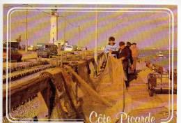 REF 110 - CPSM 80 REGARD SUR LA COTE PICARDE Pecheur Réparant Son Chalut Sur Le Port Du Hourdel - Francia