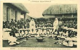Afrique - Africa -ref A173-ouganda - Jour De La 1ere Communion , Les Enfants Autour Du Plat De Fete -feuille De Bananier - Oeganda