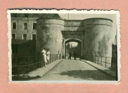 PHOTOGRAPHIE - 59 -  BERGUES PRES DE DUNKERQUE - DEUX JEUNES FILLES PORTE DE BIERNE - ( 1949 ) - Places