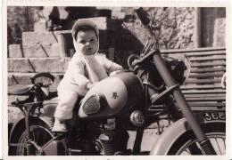 PHOTO DENTELLEE 170 X 120mm - Jeune Fille Sur MOTO -MOTOCYCLETTE-PEUGEOT- ENFANT-TRANSPORT- - Motorfietsen