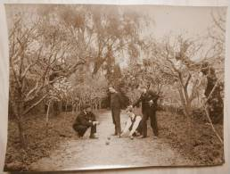 Ancienne PHOTO ORIGINALE Joueurs De Pétanque BOULISTES Boules 4 Hommes Qui Jouent Une Partie Sur Un Beau Chemin - Deportes