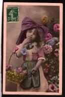 CPA - Petite Fille -  Fillette Jolie Costume Alsacienne- Noeud Sur La Tete - Little Girl -  Envoie Un Baiser De La Main - Non Classés