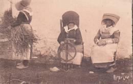 CPA 17  ILE D´OLERON, Vieux Costumes. (édit. Bergevin N°8739.) Animée... - Ile D'Oléron