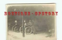 MILITAIRE Au GARAGE AUTOMOBILE - Photo 12 Cm X 8.5 Cm - Guerre, Militaire