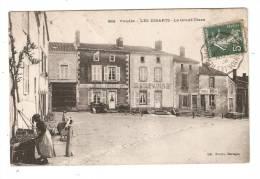 CPA - 85 - Vendée : Les Essarts - La Grand Place : Femme -  Café , Boulangeri E , épicerie -  Tampon Convoyeur -  - Rare - Les Essarts