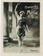 "CHROMO PUBLICITAIRE EROTIQUE ARTISTE PIN UP  CIGARETTES MELIA  : "" MORINI "" - Melia"