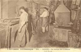 Thiers. Les Ouvriers à La Trempe Des Couteaux Devant Le Chaudron De La Coutellerie. - Thiers