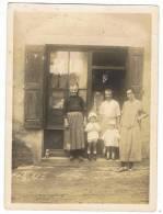 Photo De Famille   9 Cm X  12 Cm   Devant Maison - Lieux