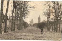 60 - OISE - BRESLES - La Petite Place Et La Grande Place (vue Rare Avec Personne Et Petit Chien) - Frankreich