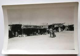 PHOTO 1953 ORIGINALE AFRIQUE DU NORD MOTARD ET MOTO DEVANT COMMERCES FRUITS ET LEGUMES - Africa