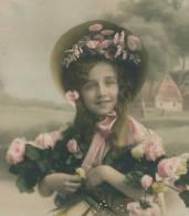 ENFANTS - LITTLE GIRL - MAEDCHEN - Jolie Carte Fantaisie Portrait Fillette Avec Joli Chapeau Et Fleurs - Portraits