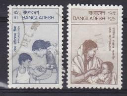 Bangladesh 1987/88 Mi. 259, 275 Gesundheitswesen Krankenschwester Impft Jungen, Trinkendes Kind - Bangladesch