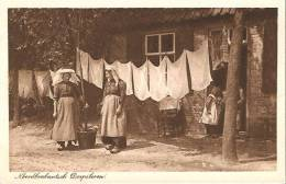 Noord -Brabantse Boerinnen Aan Het Wassen Dragen Een  Poffer - Pays-Bas