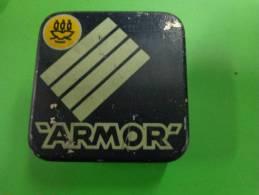 2 Boites Metal -vide-ruban Armor Dimensions 5.5cmx5.5cm Rouge Et Bleu - Autres Collections