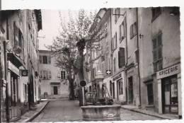 AUPS (VAR) PLACE LOUIS GAUTIER (EPICERIE PHARMACIE BOULANGERIE MAGASIN D'ELECTRICITE ET FONTAINE) - Aups