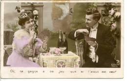 Boisson - Un Couple Joue Aux Cartes - Bouteilles De Champagne - Couples