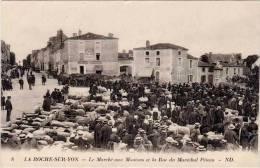 LA ROCHE SUR YON - Le Marché Aux Moutons Et La Rue Du Maréchal Pétain    (52589) - La Roche Sur Yon