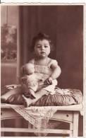 Carte Postale Photo Portait Studio Photo ENFANT-JEUNE FILLE Avec POUPEE - JOUET Voir 2 SCANS - - Portraits