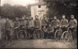 Carte Photo à Identifier Groupe De Dragons Avec Bicyclettes Souvenir Campagne 1914 N°10 Sur Les Uniformes - France