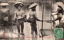CARTE POSTALE ANCIENNE. VIETNAM. COCHINCHINE. SAIGON. PECHEURS DE MARES. 1909. - Vietnam