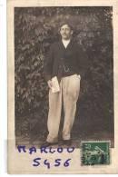 Carte Photo. Homme , Pantalon Blanc, Montre A Gousset, Main Gauche Dans La Poche , Journal (le Parisien) Main Droitre - Photographs