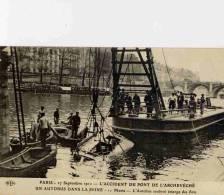 CPA PARIS ACCIDENT 1911 ACCIDENT PONT ARCHEVECHE L'AUTOBUS SOULEVE EMERGE DES FLOTS - France