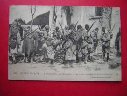CPA THEME MILITARIA GUERRE DE 1914   A NEUFMOUTIERS PRES DE MEAUX MAROCAINS EXAMINANT LEUR BUTIN DE GUERRE   VOYAGEE - War 1914-18
