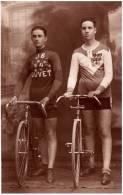 2 CYCLISTES TRÈS MÉDAILLÉS [ ROUMANIE / ROMANIA ] - CARTE ´VRAIE PHOTO´ / REAL PHOTO : CRISTEA / BUCAREST ~ 1930 (n-569) - Cycling