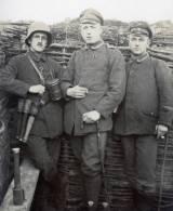 1 CPA - Photo - Handgranate - Hand Grenade - Grenade à Main - Flandern - Schützengraben - Stahlhelm - Helmet - - War 1914-18