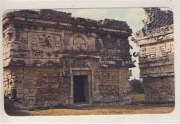 YUCATAN, Mexico - CHICHEN ITZA. Ala Oriente Del Templo De Las Monjas. El Dios Del Maiz Esta Sobre La Puerta - México
