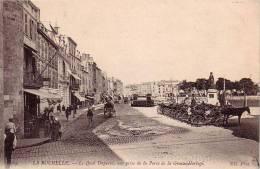 LA ROCHELLE Le QUAI DUPERRE VUE PRISE DE PORTE LA GROSSE HORLOGE ( Attelage Avec Chevaux ) Carte PEU COURANTE - La Rochelle