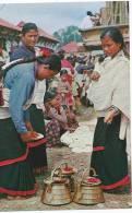 Cpm-cpsm Bon Etat 10,5x15cm   Nepal , Typical Women Of Kathmandu Valley Preparing For Worship - Nepal