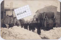 CPA 11 RIEUX MINERVOIS TRES RARE CARTE PHOTO DU BOURG ENNEIGE ET SES HABITANTS ANNEES 1910 Coins Arrondis QUEL DOCUMENT! - Autres Communes
