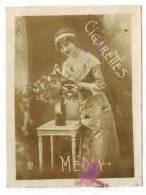 """CHROMO EROTIQUE FEMMES  PIN UP Cigarettes MELIA  : """" Femme Au Bouquet De Fleurs """" - Melia"""