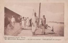 MADAGASCAR  MAJUNGA  ( UN JOUR DE COURRIER DEBARQUEMENT DES PASSAGERS ) BELLE SCENE DE PORT  ! ! ! - Madagascar